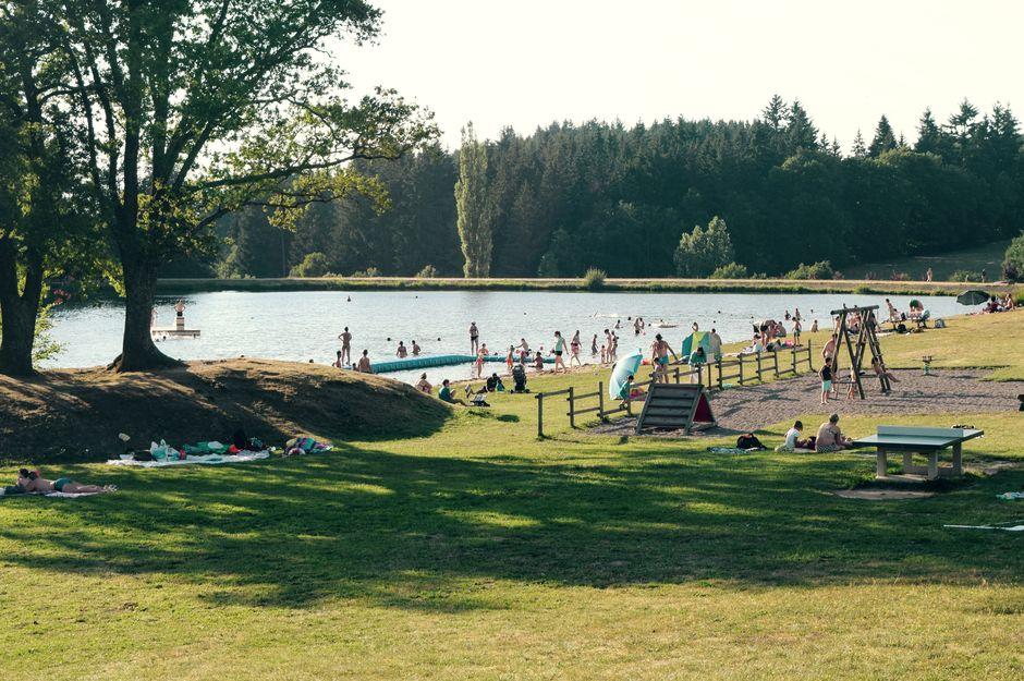 symming on artificial lake, Vernet-la-Varenne, parc du Livradois-Forez