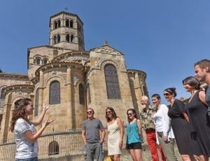 Guided tour in Saint-Austremoine abbey church, Issoire