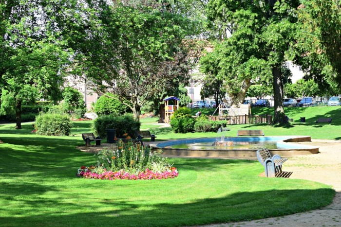 Playground, picnic table, freshness, René Cassin park is a haven of peace in the city center of Issoire