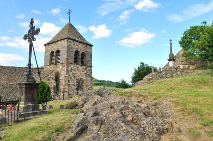 Eglise romane et tombes anthropomorphes, site du Chastel à Saint-Floret, Auvergne