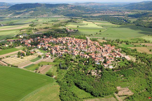 Vue aérienne de Montpeyroux, Un des Plus Beaux Villages de France du Puy-de-Dôme