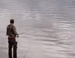 Pêche dans un lac du Cézallier en Auvergne