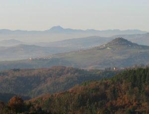 Vue sur la chaîne des Puys depuis le Parc Naturel Régional du Livradois-Forez