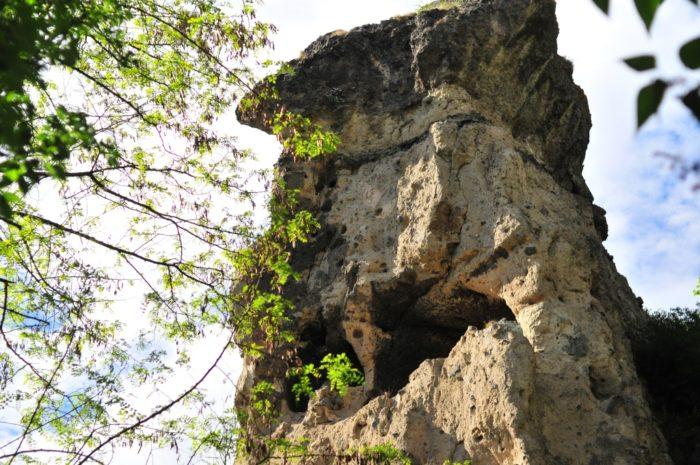 Le village des roches aux grottes de Perrier, près d'Issoire