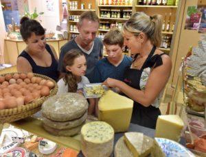 Dégustation de fromages dans une fromagerie à Issoire