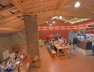 Repas partagé dans un gîte de groupe à proximité d'Issoire, en Auvergne