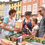 Achat de légumes au marché d'Issoire sur la place de la République