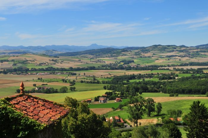 Vue sur la chaîne des Puys depuis le village d'Usson, l'un des Plus Beaux Villages de France