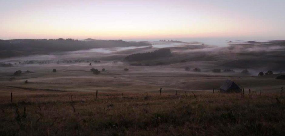 Brume du matin sur le Cézallier ©Riot House, OT Pays d'Issoire