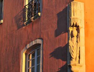 Statue de Saint-Austremoine, place de la République à Issoire, Puy-de-Dôme, Auvergne