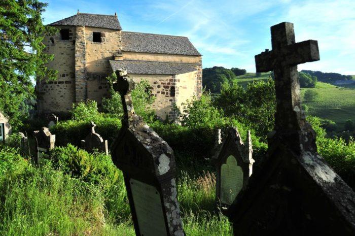 Cimetière autour de la chapelle de Roche-Charles dans le Cézallier