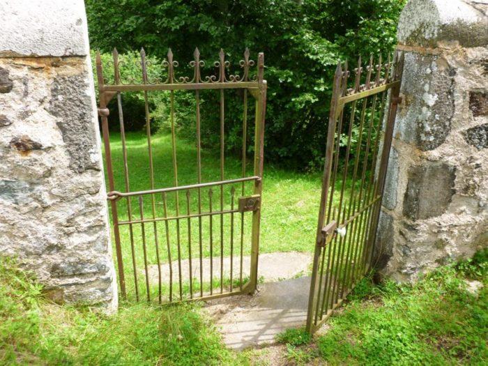 Entrée du cimetière, chapelle romane de Roche-Charles