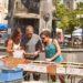 Brocante, livres anciens, cartes postales anciennes sur le place de la république en été à Issoire