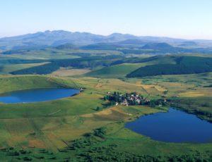 Village de La Godivelle, blotti entre lac d'en haut et lac d'en bas, cézallier