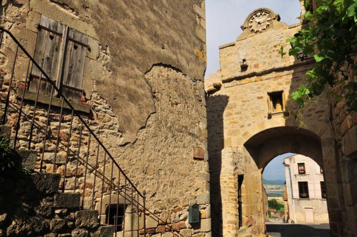 Porte d'entrée dans le village de Montpeyroux, Un des Plus Beaux Villages de France