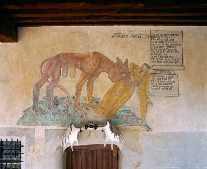 Décor représentant chicheface dans la galerie extérieure du château de Villeneuve-Lembron