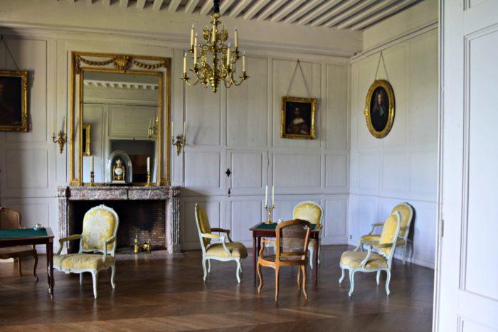Salon blanc, pièce restaurée en 2016 au château de Villeneuve-Lembron, portraits de famille, salon de jeu