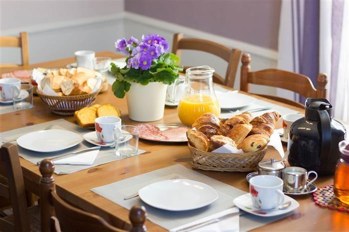 Petit déjeuner au xhambres d'hote le domaine des lilas à saint germain lembron