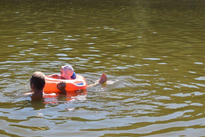 Baignade en famille au plan d'eau du vernet-la-varenne