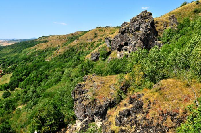 Grottes de Perrier depuis le plateau de Pardines