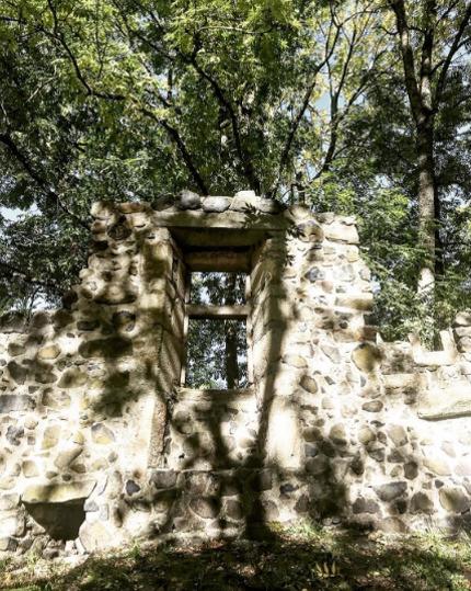 fenêtre en ruine à Usson