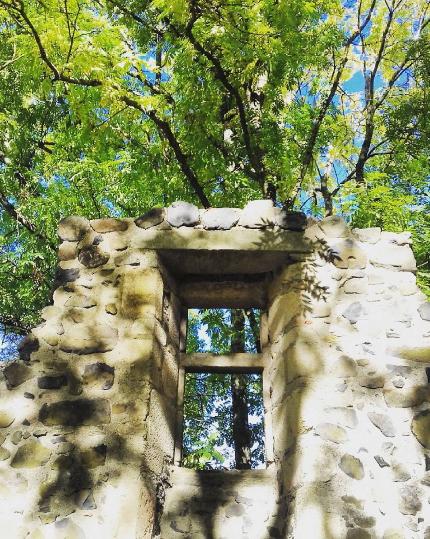 fenêtre en ruines à Usson