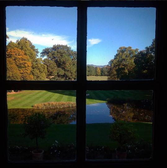 Vue sur les jardins du château de Parentignat depuis le château