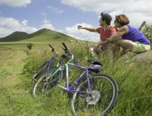 Cyclistes vers le mont chabrut dans le cézallier en auvergne