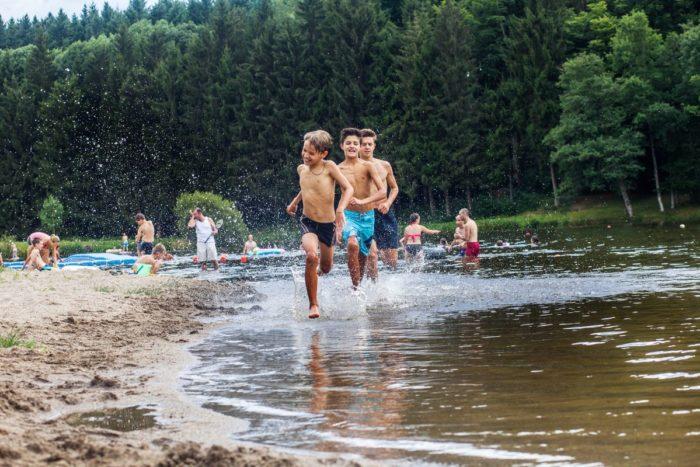 Baignade au plan d'eau du Vernet-la-Varenne, parc livradois-forez