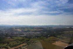 vue aérienne d'issoire et chaine des puys